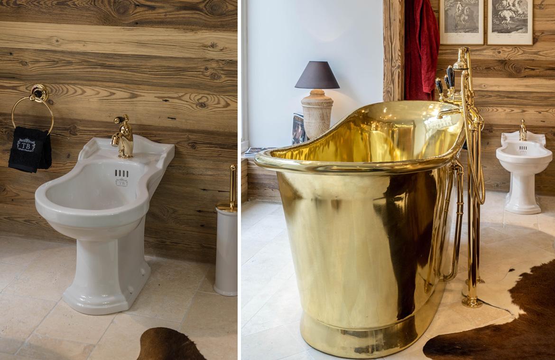 Bidet und freistehende Badewanne im Chaletstil.
