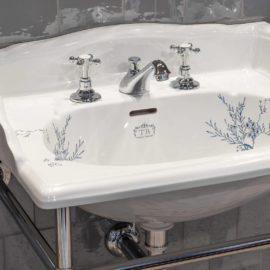 Waschtisch mit Konsole im viktorianischen Stil mit floralem Muster