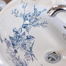 Handwaschbecken im viktorianischen Stil mit Blumenmuster