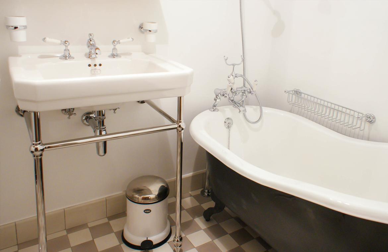 freistehende Gusseisenbadewanne im klassischen Stil