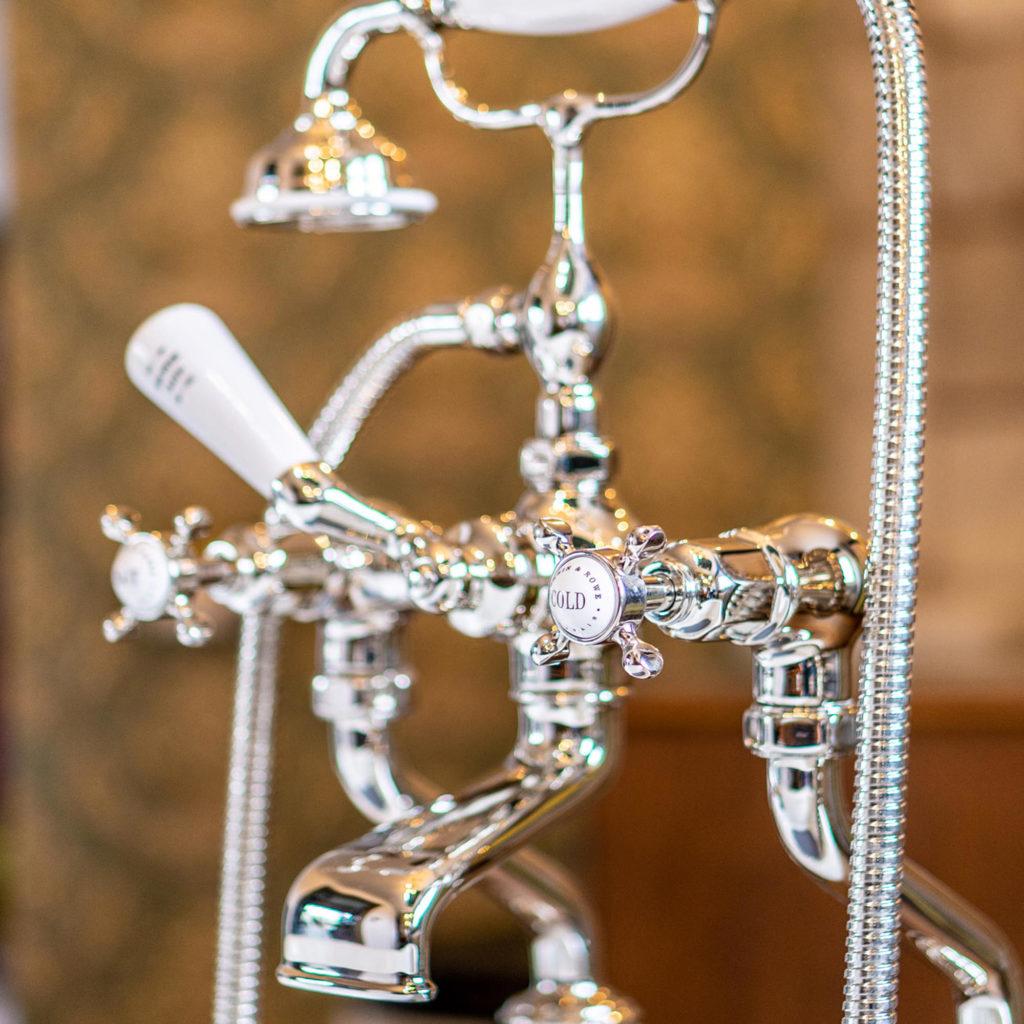 Badezimmer im Loft Stil klassische Badewannenarmatur