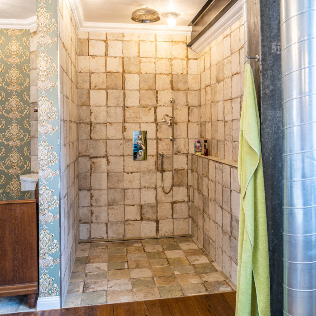 Vintage Duscharmaturen Badezimmer im Loft Stil