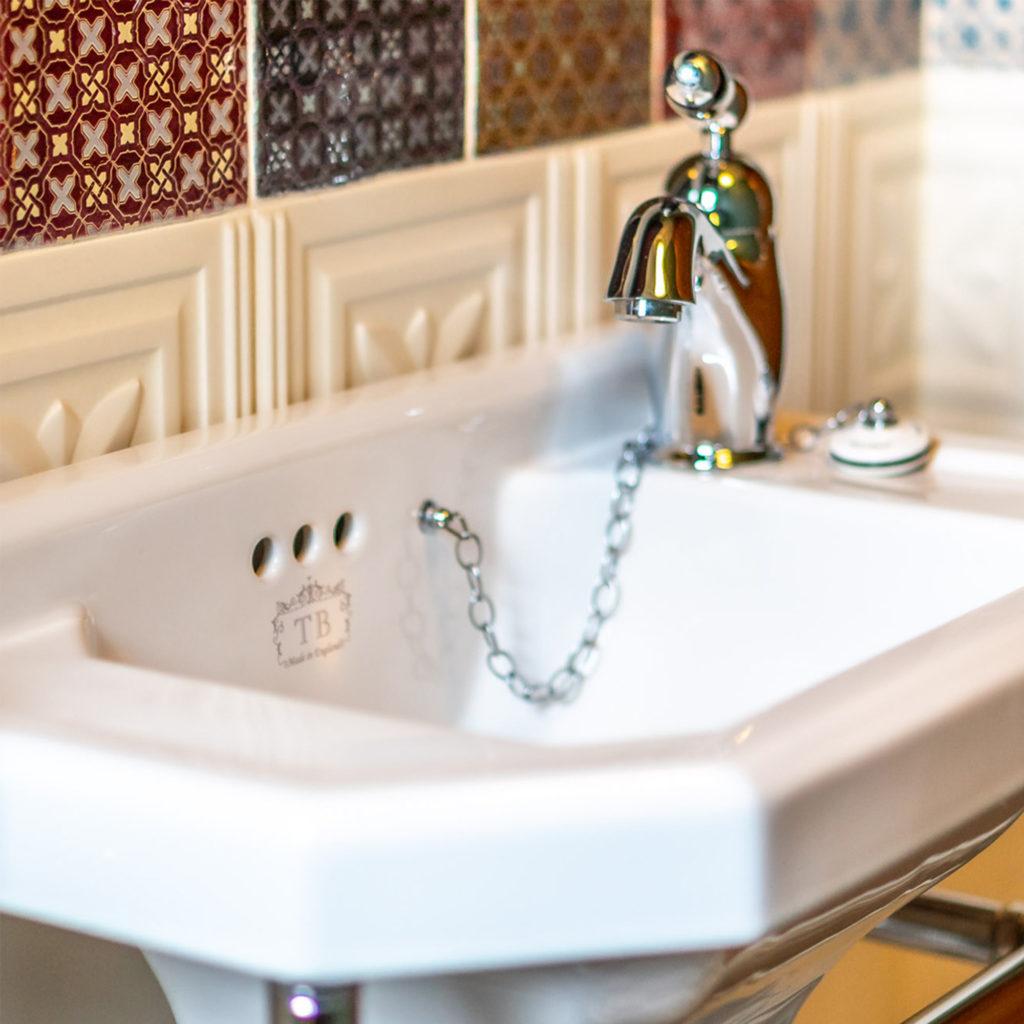 Retro Gäste Toilette Waschbecken im Retro Stil