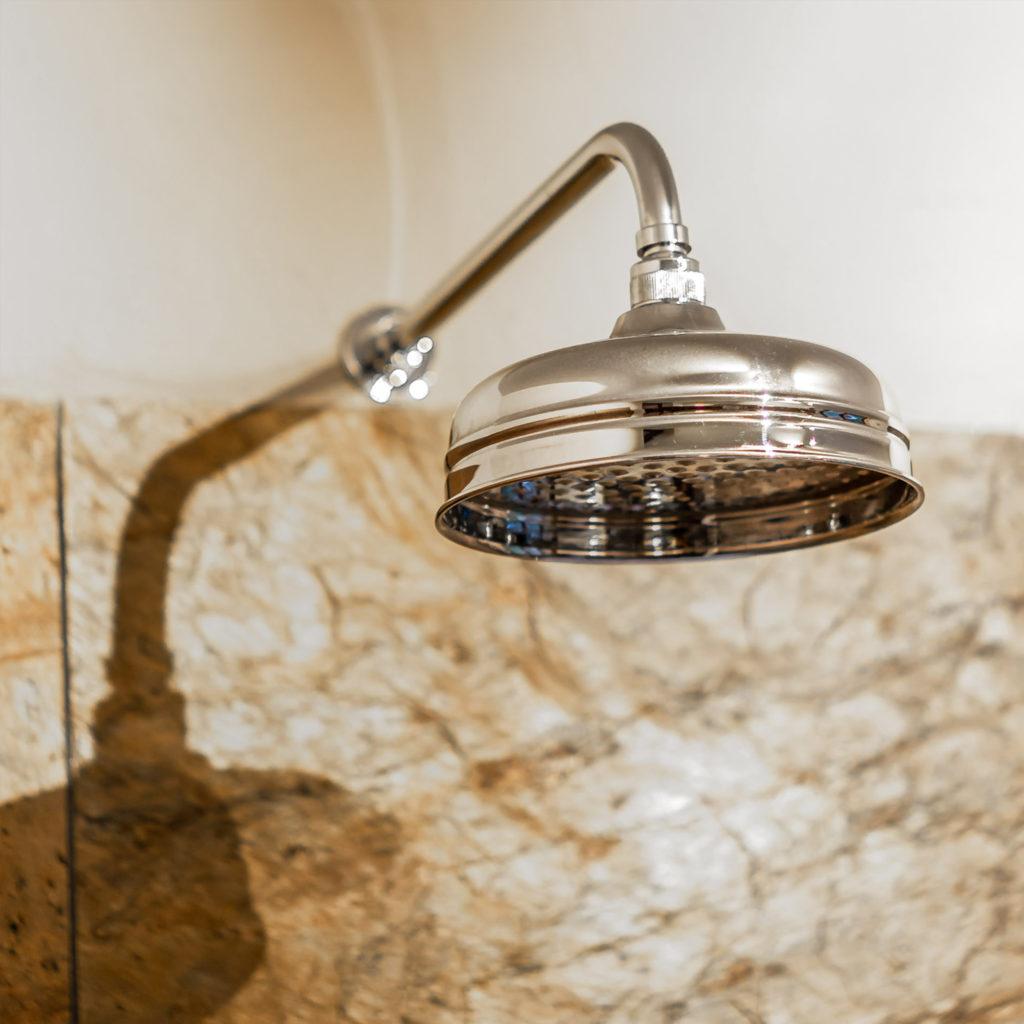 Gestalten Sie Ihr Loft Badezimmer mit einer Kopfbrause im klassischen Stil. Das Ergebnis wird Sie begeistern. Aber auch die Qualität unserer Manufaktur gefertigten Artikel - Made in England.
