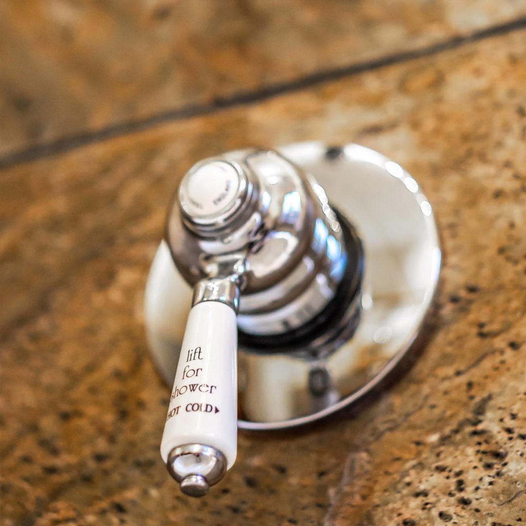 Sehr elegante und hochwertige Duscharmatur ohne Thermostat TB720.514.CON. Entdecken Sie den Charme und die Qualität englischer Handwerkskunst für Ihr Traumbad.
