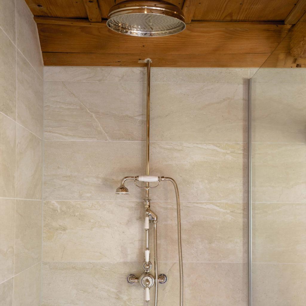 Badezimmer im Landhausstil Vintage Duscharmaturen