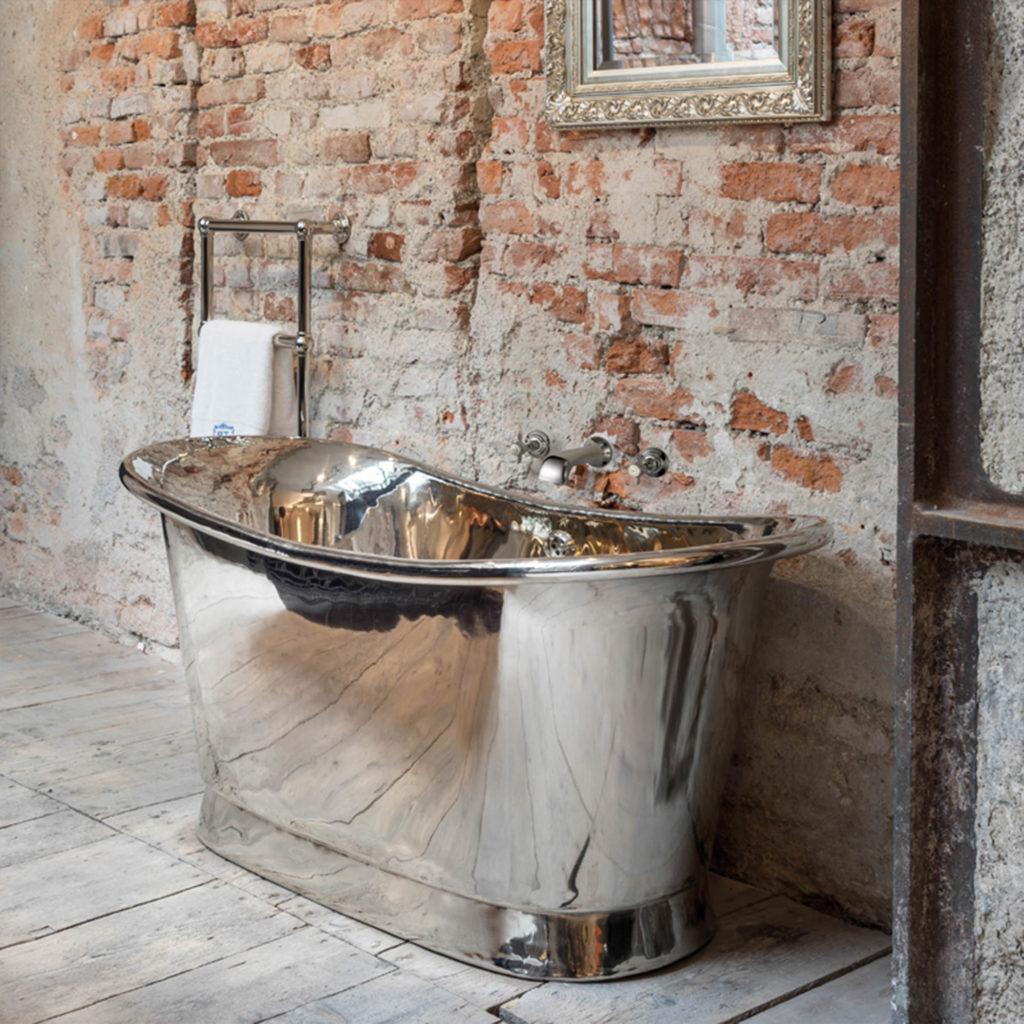 Badezimmer im Industriedesign vernickelte Kupferbadewanne