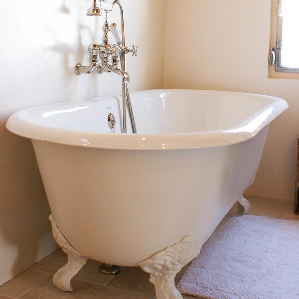 Badezimmer im Alpenstyle Freistehende Vintage Badewanne