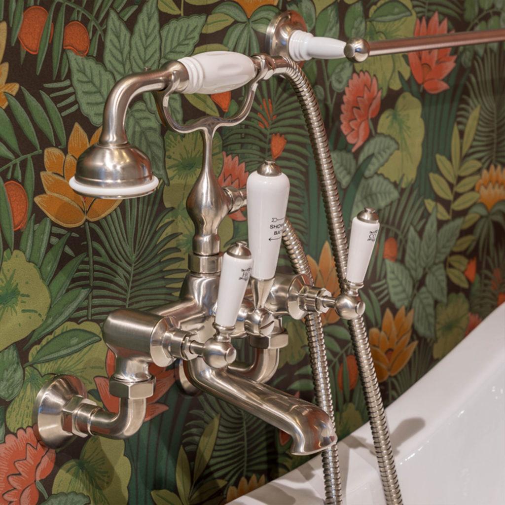 Badezimmer im Nostalgie Stil traditionelle Wannenfüllarmatur