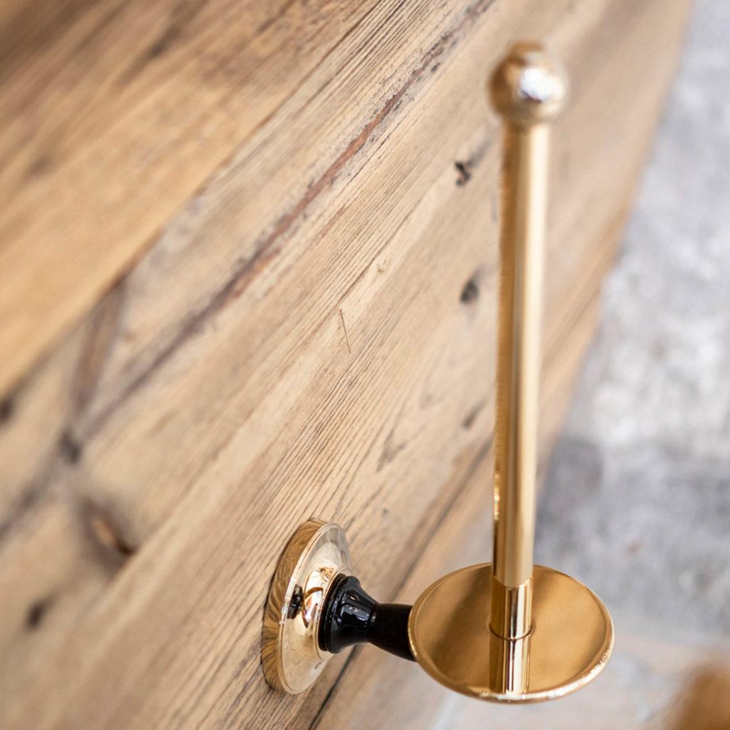 Badezimmer im Chalet Stil Vintage Papierrollenhalter