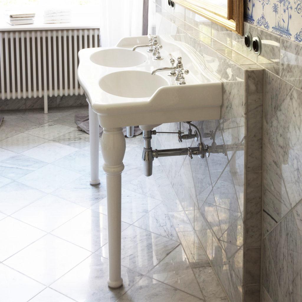 Elegantes Nostalgie Badezimmer Traditionelles Porzellan Waschbecken